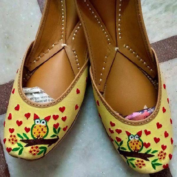 Ladies Yellow Leather Mojari