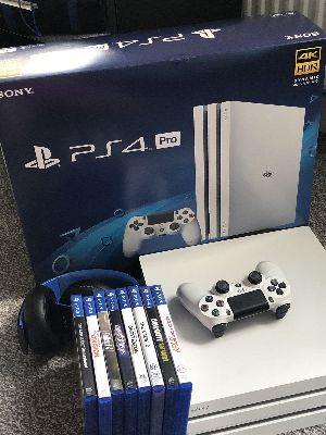Sony Playstation Ps4 Pro + 4 Games And 2 Controllers