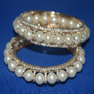 GOLDEN RING WITH OFF-WHITE BEADS